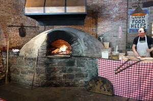 Le four à bois de la pizzeria